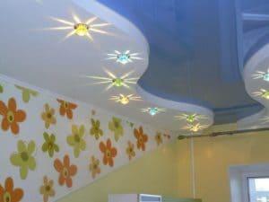 Цветные потолки в детскую